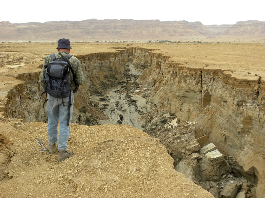 1920px-Dead_Sea_Coastal_Erosion_March_2012.JPG